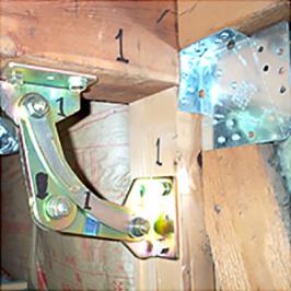 パワーガードによる補強に加え、既存筋違いの端部を金物補強。